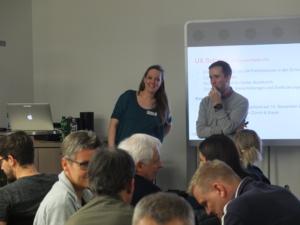 Moderatoren Silvia Heinz und Sebastian Westerhues, Diskussionen im Publikum
